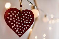 Coeur rouge sur le bokeh de photo de fond et la lumière d'ampoules Amour val Images stock