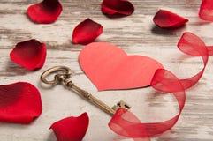 Coeur rouge sur le bureau en bois Image stock