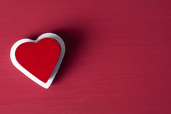 Coeur rouge sur le coeur blanc sur le fond grunge rouge Photographie stock libre de droits