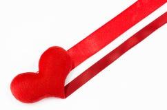 Coeur rouge sur le fond blanc, en forme de coeur, jour de valentines concentré Images stock