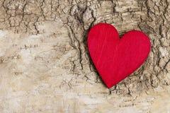 Coeur rouge sur le fond d'écorce Symbole de l'amour Photographie stock