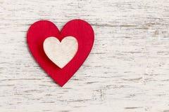 Coeur rouge sur le fond d'écorce Symbole de l'amour Image stock
