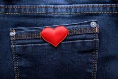 Coeur rouge sur le fond de jeans Images stock