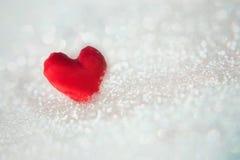 Coeur rouge sur le fond de neige Photographie stock
