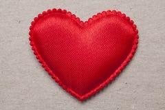 Coeur rouge sur le fond de papier de vintage Photos stock