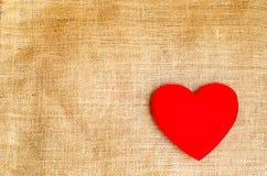 Coeur rouge sur le fond de texture de toile à sac de jute avec le retr grunge Photo libre de droits
