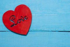 Coeur rouge sur le fond de turquoise Photographie stock