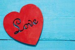 Coeur rouge sur le fond de turquoise Image stock