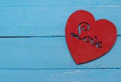 Coeur rouge sur le fond de turquoise Photos stock