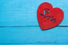 Coeur rouge sur le fond de turquoise Photo libre de droits