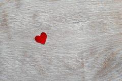 Coeur rouge sur le fond en bois Image stock
