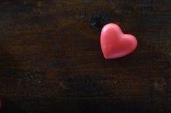 Coeur rouge sur le fond en bois Photo stock