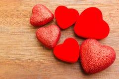 Coeur rouge sur le fond en bois Photos stock