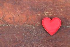 Coeur rouge sur le fond en bois Images stock