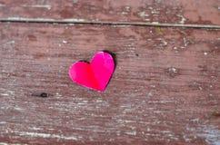 Coeur rouge sur le fond en bois Photographie stock libre de droits