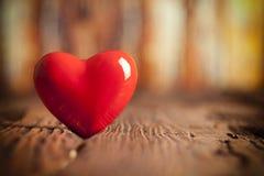 Coeur rouge sur le fond en bois Photo libre de droits