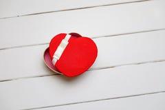 Coeur rouge sur le fond en bois Photographie stock