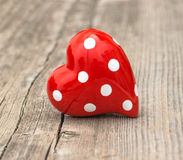 Coeur rouge sur le fond en bois Amour et jour de valentines Photos stock