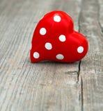 Coeur rouge sur le fond en bois Amour et jour de valentines Image stock