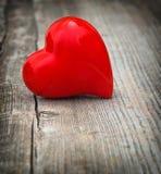 Coeur rouge sur le fond en bois Amour et jour de valentines Vignet Image stock