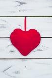 Coeur rouge sur le fond en bois blanc Photographie stock
