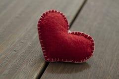 Coeur rouge sur le fond en bois, concept d'amour Photos libres de droits