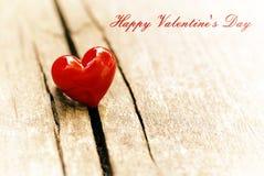 Coeur rouge sur le fond en bois Concept de jour d'amour et de valentines Photographie stock libre de droits