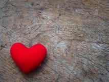 Coeur rouge sur le fond en bois de texture avec le copyspace Amour et Images libres de droits