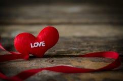 Coeur rouge sur le fond en bois, fond de jour de valentines, weddi Photos libres de droits