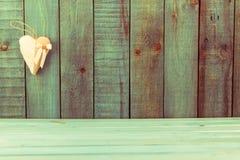 Coeur rouge sur le fond en bois Fond de vacances Fond de jour de valentines Concept d'amour Image stock