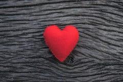Coeur rouge sur le fond en bois noir Images libres de droits