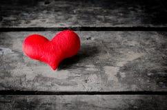 Coeur rouge sur le fond en bois noir, fond de jour de valentines, Photo libre de droits