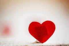 Coeur rouge sur le fond en bois Rose rouge Amour de concept Photo libre de droits