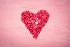 Coeur rouge sur le fond en bois rose Symb d'amour et de Saint Valentin Photos stock