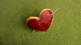 Coeur rouge sur le fond vert Photo stock