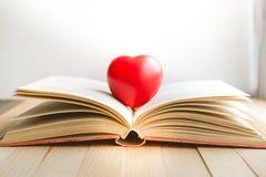 Coeur rouge sur le livre ouvert avec l'espace de copie dans la relaxation et l'humeur confortable Photographie stock