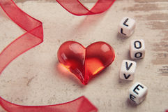 Coeur rouge sur le panneau en bois Photographie stock