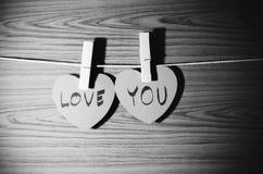 Coeur rouge sur le style noir et blanc de ton de couleur de fond en bois Image libre de droits