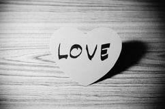 Coeur rouge sur le style noir et blanc de ton de couleur de fond en bois Photos libres de droits