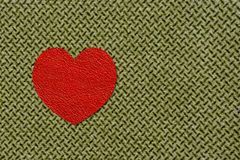 Coeur rouge sur le tissu olive, le 23 février Image stock