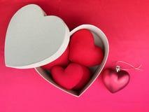 Coeur rouge sur le tissu rouge pour le jour de valentines Images stock