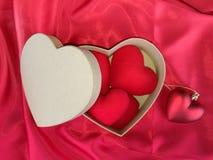 Coeur rouge sur le tissu rouge pour le jour de valentines Photographie stock