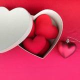 Coeur rouge sur le tissu rouge pour le jour de valentines Images libres de droits