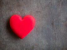 Coeur rouge sur le vieux bois Photo stock