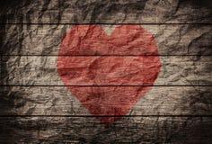 Coeur rouge sur le vieux bois de vignette avec le fond chiffonné de texture Photo libre de droits