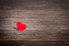 Coeur rouge sur le vieux fond en bois Photos libres de droits