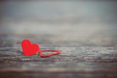 Coeur rouge sur le vieux fond en bois Photo libre de droits