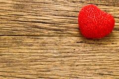 Coeur rouge sur le vieux fond en bois Photographie stock libre de droits