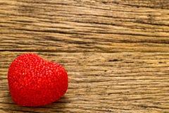 Coeur rouge sur le vieux fond en bois Images stock