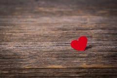 Coeur rouge sur le vieux fond en bois Photos stock